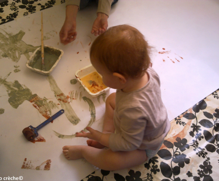 bébé qui fait de la peinture à l'argile