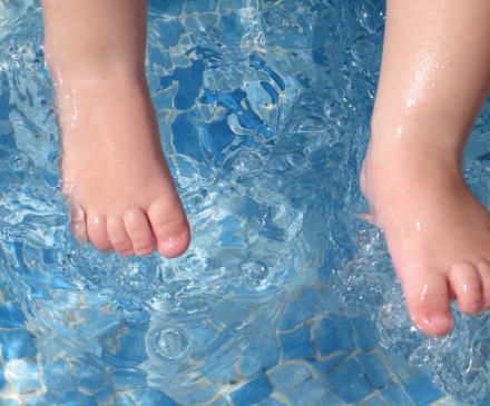 pieds bébés dans eau