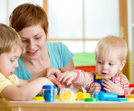 Professionnelle petite enfance avec enfants
