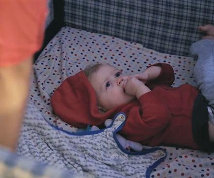 petit garçon couché dans son lit