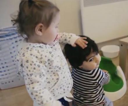 enfant qui fait un câlin à un autre