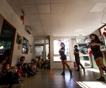 Des danseurs du Ballet Preljocaj à la crèche