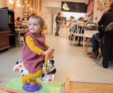 petite fille au café