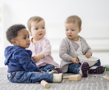 bébés  jouent dans lieu d'accueil