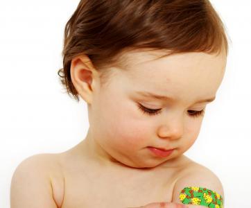 enfant avec pansement sur le bras