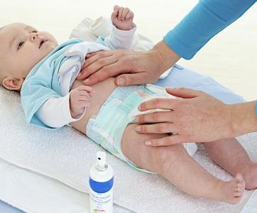 auxiliaire de puériculture avec bébé