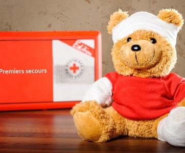 Peluche avec bandages et trousse de premiers secours