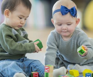 bébés  jouent à la crèche