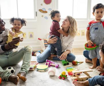 enfants et adultes dans lieu d'accueil