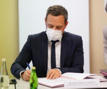 """Adrien Taquet lors de la signature de l'accord-cadre sur le plan de formation """"Ambition Enfance-Egalité"""""""