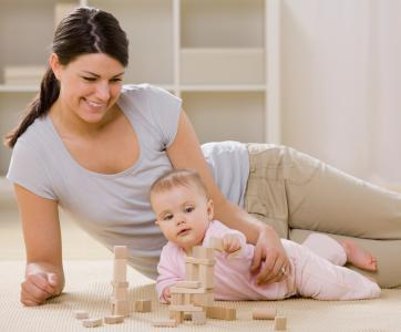 assistante maternelle qui joue avec un bébé