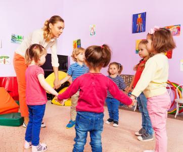 Atsem avec groupe d'enfants en maternelle