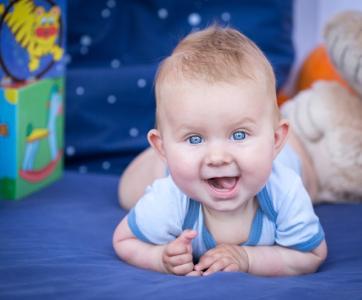 bébé à plat ventre dans lieu d'accueil