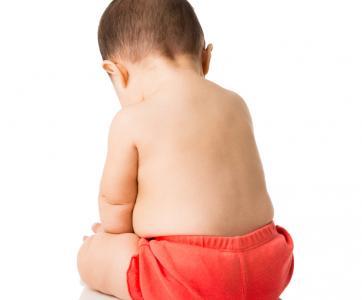 bébé assis de dos