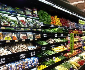 Rayon fruits et légumes d'un supermarché