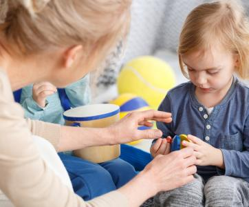 Educatrice de jeunes enfants avec petite fille