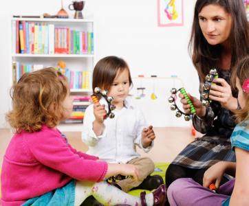 professionnelle avec enfants en crèche