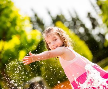 petite fille et jet d'eau