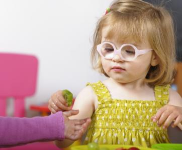 petite fille avec des lunettes de vue
