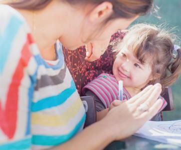 petite fille en situation de handicap