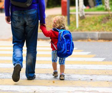 papa et enfant allant à l'école maternelle