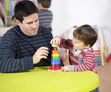 pro qui joue avec un enfant