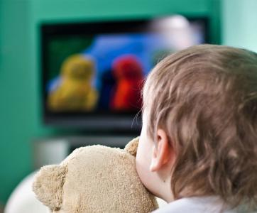 petit enfant devant la télé
