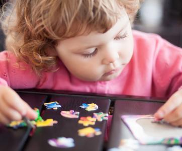 petite fille jouant au puzzle