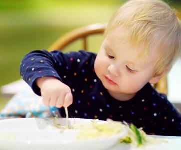 petit enfant à table