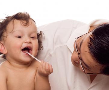 médecin qui examine un enfant