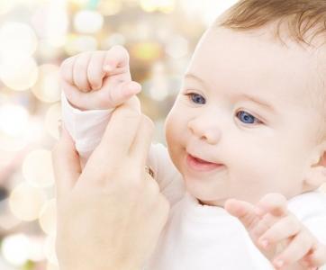 bébé main adulte