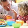 Adulte et enfant en pleine activité