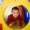 enfant joue dans lieu d'accueil