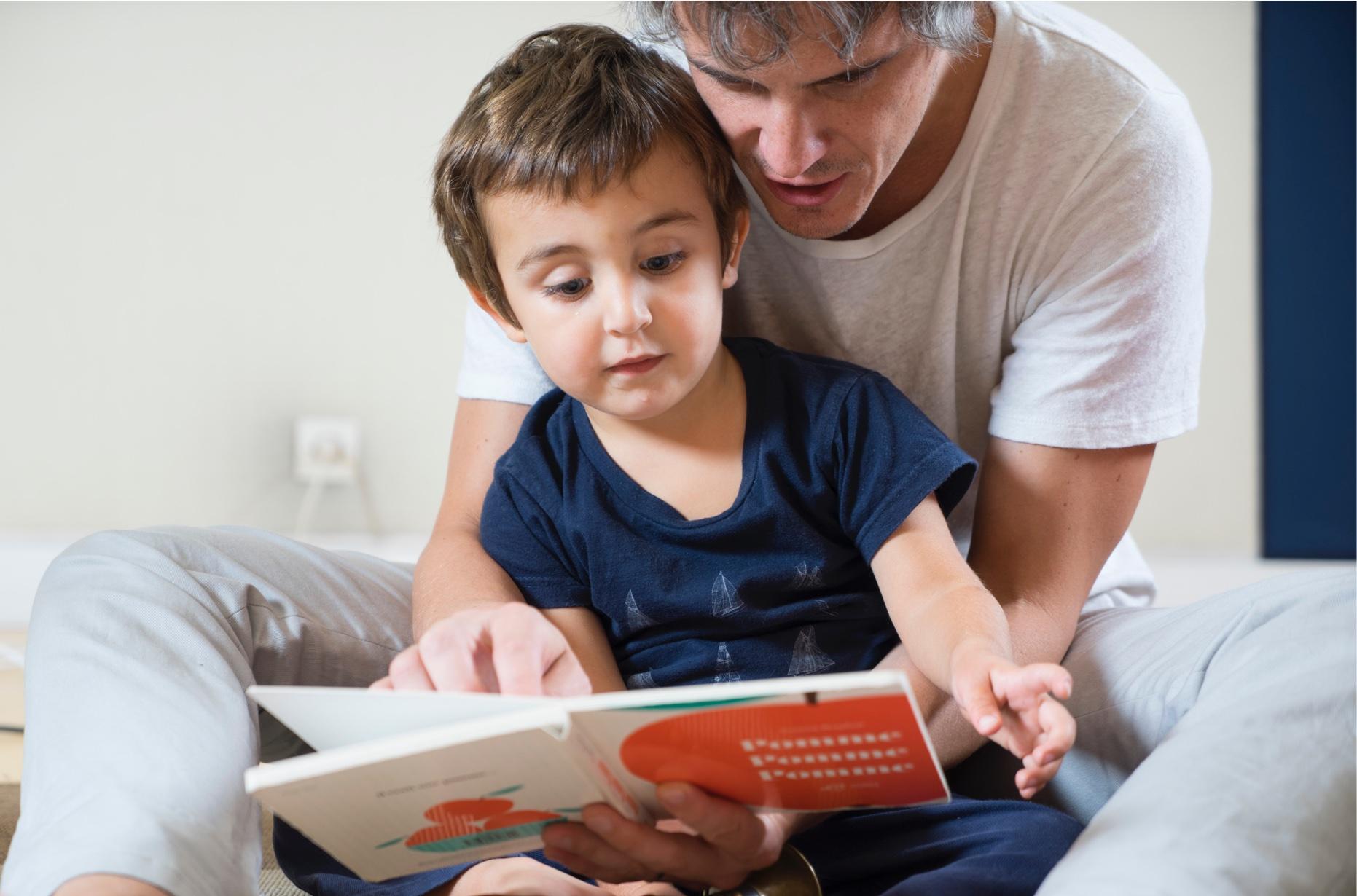 Papa qui lit avec son fils