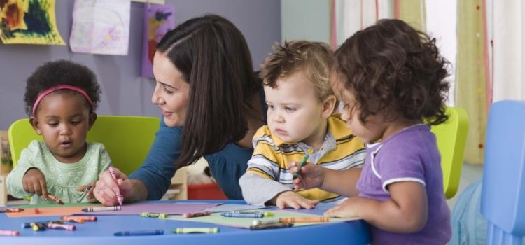 pro de la petite enfance avec enfants