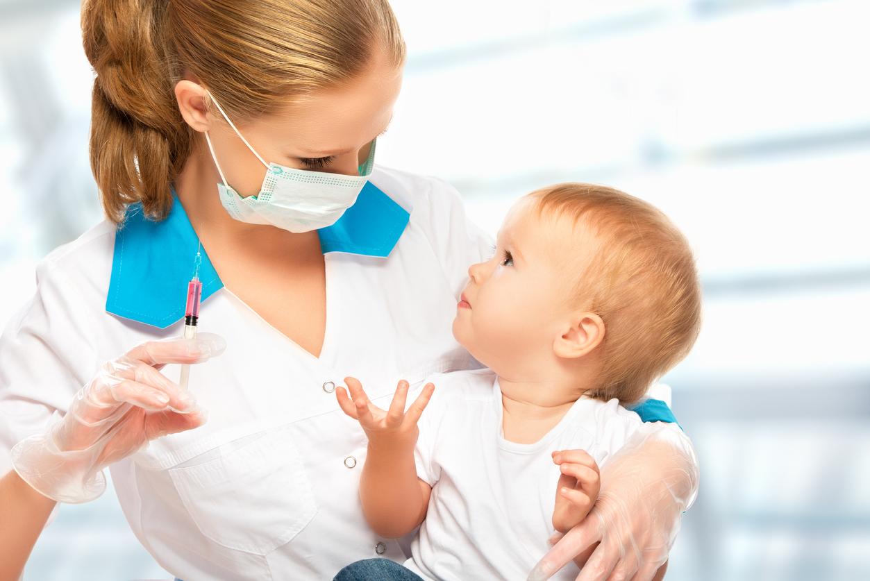 femmem médecin vaccine bébé