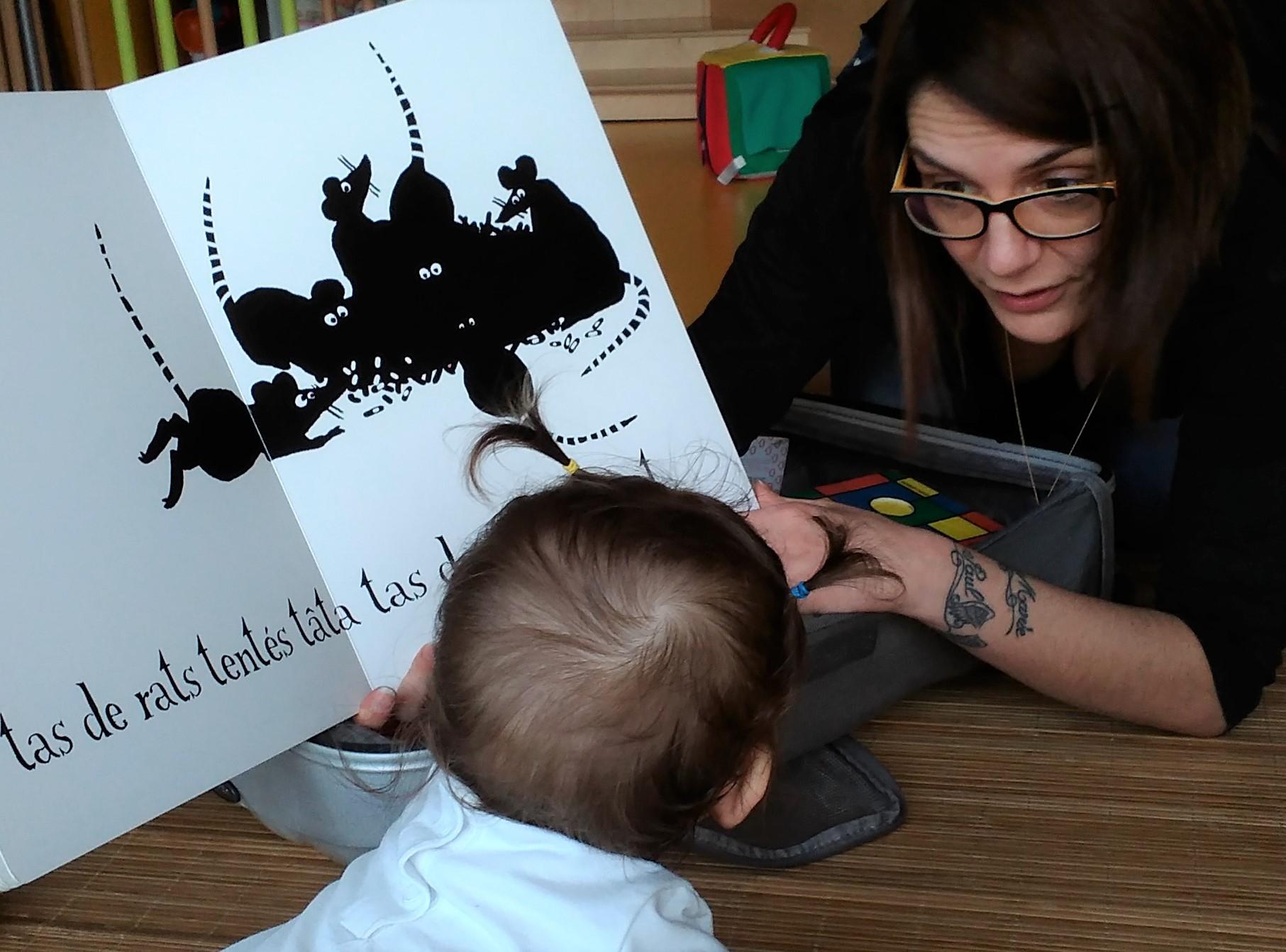Virginie qui lit avec un enfant