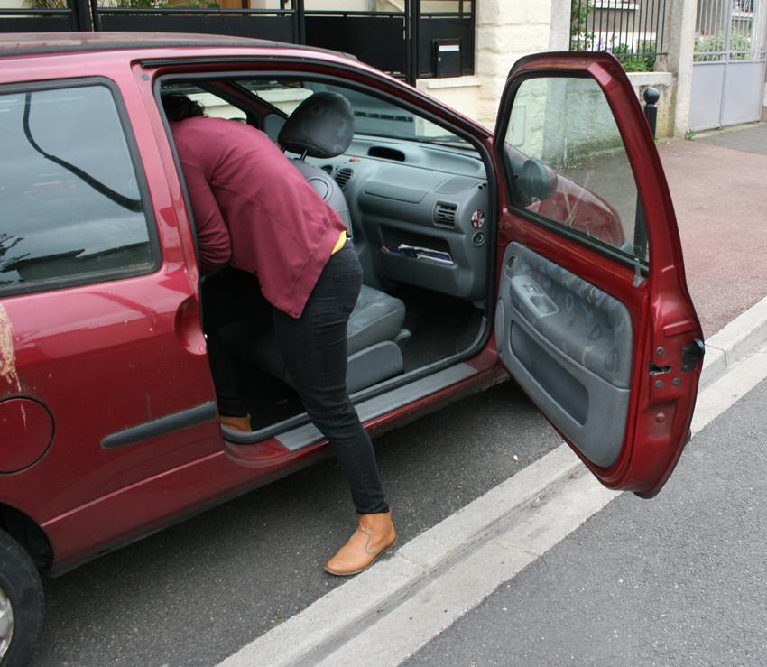 femme installe enfant dans son siège auto